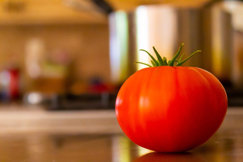 leżący na stole pomidor